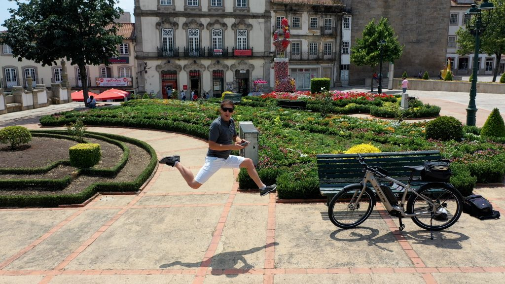 Marco Neiva a saltar junto ao Galo de Barcelos
