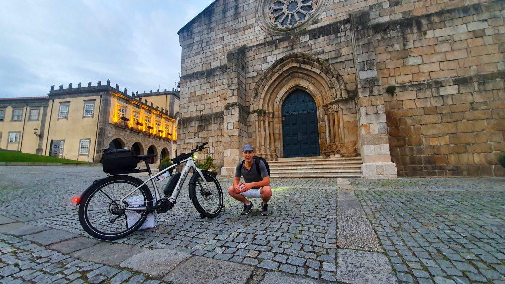 Marco Neiva e a sua bicicleta elétrica em Barcelos junto à Igreja Matriz