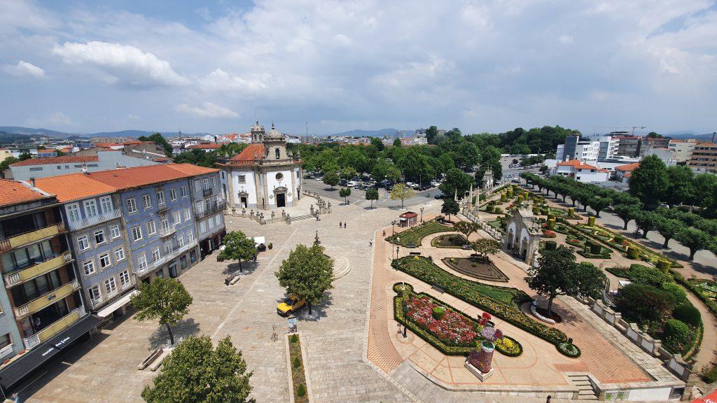 Largo da Porta Nova em Barelos, igreja do Sernhor da Cruz e Jardim das Barrocas