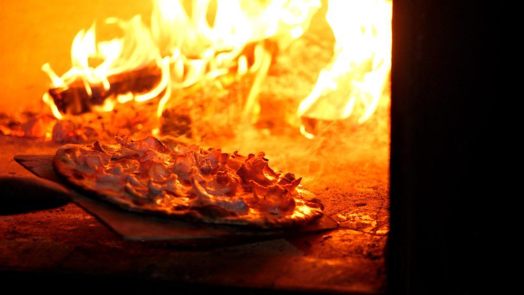 Marco Neiva acozinhar num forno a lenha